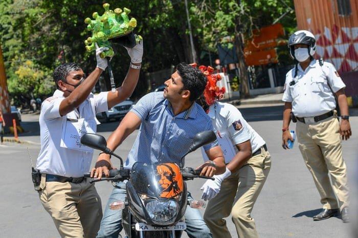عکس ، رزمایش کرونا در هند و رونق بازار ماسک در پاکستان