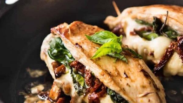 خوراک مرغ شکم پر با اسفناج و پنیر